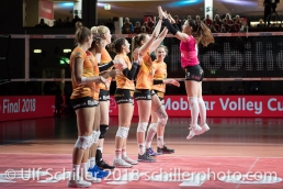 Match start: Tabea DALLIARD (Viteos NUC #9) wird von dem Team begruesst: Schweizer Cup Final zwischen Viteos NUC Neuchatel und Volero Zurich; VOLLEYBALL CUP FINAL 2018 am 31 March, 2018 in Fribourg (St. Leonhard-Halle), Schweiz, Photo Credit: Ulf Schiller / freshfocus