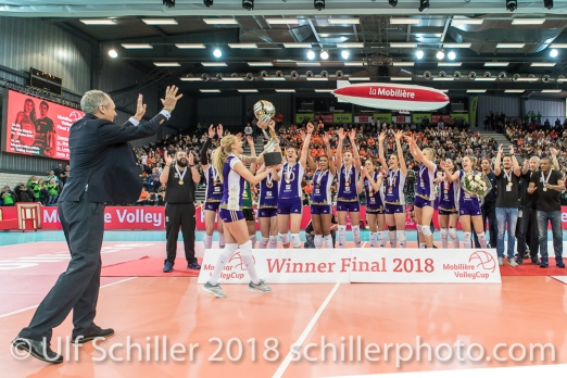 Swiss Volley Praesident überreicht den Cup and Capitaine Ana ANTONIJEVIC (Volero Zurich #7 C). Volero Zurich siegt im Schweizer Cup Final zwischen Viteos NUC Neuchatel und Volero Zurich; VOLLEYBALL CUP FINAL 2018 am 31 March, 2018 in Fribourg (St. Leonhard-Halle), Schweiz, Photo Credit: Ulf Schiller / freshfocus