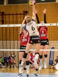 Angriff von Courtney FELINSKI (TS Volley Duedingen #6) gegen Angela LOWAK (VC Kanti Schaffhausen #8) und Katerina HOLASKOVA (VC Kanti Schaffhausen #11); Volleyball, NLA 2017/18,, Spiel 2 um Platz 3:, TS Volley Duedingen vs Kanti Schaffhausen am 18 April, 2018 in Duedingen (Sportzentrum Leimacker), Schweiz, Photo Credit: Ulf Schiller / FRESHFOCUS