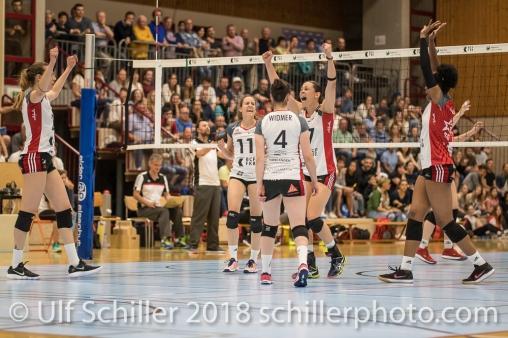 Jubel bei TS Volley Duedingen Powercats, v.l. Kerley BECKER (TS Volley Duedingen #2), Pamela GFELLER (TS Volley Duedingen #11), Zora WIDMER (TS Volley Duedingen #4), Sabel MOFFETT (TS Volley Duedingen #17), Danielle HARBIN (TS Volley Duedingen #3); Volleyball, NLA 2017/18,, Spiel 2 um Platz 3:, TS Volley Duedingen vs Kanti Schaffhausen am 18 April, 2018 in Duedingen (Sportzentrum Leimacker), Schweiz, Photo Credit: Ulf Schiller / FRESHFOCUS