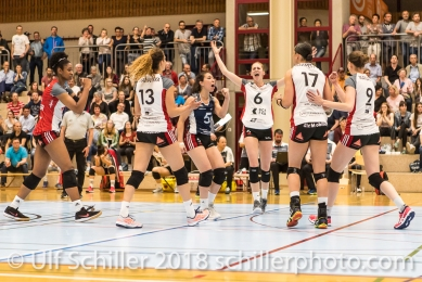Jubel bei TS Volley Duedingen Powercats v.l.: Danielle HARBIN (TS Volley Duedingen #3), Ines GRANVORKA (TS Volley Duedingen #13), Thays DEPRATI (TS Volley Duedingen #5), Courtney FELINSKI (TS Volley Duedingen #6), Sabel MOFFETT (TS Volley Duedingen #17), Kristel MARBACH (TS Volley Duedingen #9 C); Volleyball, NLA 2017/18,, Spiel 2 um Platz 3:, TS Volley Duedingen vs Kanti Schaffhausen am 18 April, 2018 in Duedingen (Sportzentrum Leimacker), Schweiz, Photo Credit: Ulf Schiller