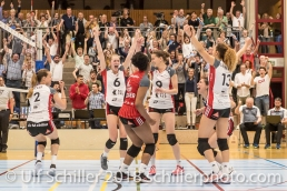 Matchball Jubel bei TS Volley Duedingen Powercats v.l.: Kerley BECKER (TS Volley Duedingen #2), Courtney FELINSKI (TS Volley Duedingen #6), Danielle HARBIN (TS Volley Duedingen #3), Kristel MARBACH (TS Volley Duedingen #9 C), Thays DEPRATI (TS Volley Duedingen #5), Ines GRANVORKA (TS Volley Duedingen #13); Volleyball, NLA 2017/18,, Spiel 2 um Platz 3:, TS Volley Duedingen vs Kanti Schaffhausen am 18 April, 2018 in Duedingen (Sportzentrum Leimacker), Schweiz, Photo Credit: Ulf Schiller