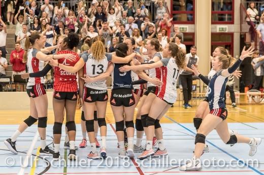 Matchball Jubel bei TS Volley Duedingen Powercats v.l.: Kerley BECKER (TS Volley Duedingen #2), Courtney FELINSKI (TS Volley Duedingen #6), Danielle HARBIN (TS Volley Duedingen #3), Kristel MARBACH (TS Volley Duedingen #9 C), Thays DEPRATI (TS Volley Duedingen #5), Ines GRANVORKA (TS Volley Duedingen #13), Sabel MOFFETT (TS Volley Duedingen #17), Francine MARX (TS Volley Duedingen #7), Zora WIDMER (TS Volley Duedingen #4), Pamela GFELLER (TS Volley Duedingen #11); Mona ROTTARIS (TS Volley Duedingen #14), Flavia KNUTTI (TS Volley Duedingen #16) Volleyball, NLA 2017/18,, Spiel 2 um Platz 3:, TS Volley Duedingen vs Kanti Schaffhausen am 18 April, 2018 in Duedingen (Sportzentrum Leimacker), Schweiz, Photo Credit: Ulf Schiller