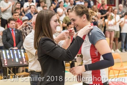 Medaille fuer Francine MARX (TS Volley Duedingen #7); Volleyball, NLA 2017/18,, Spiel 2 um Platz 3:, TS Volley Duedingen vs Kanti Schaffhausen am 18 April, 2018 in Duedingen (Sportzentrum Leimacker), Schweiz, Photo Credit: Ulf Schiller