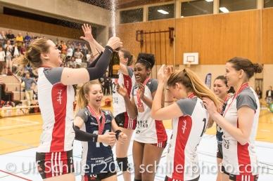 Let the party begin: Campus Dusche bei TS Volley Duedingen Powercats ; Volleyball, NLA 2017/18,, Spiel 2 um Platz 3:, TS Volley Duedingen vs Kanti Schaffhausen am 18 April, 2018 in Duedingen (Sportzentrum Leimacker), Schweiz, Photo Credit: Ulf Schiller