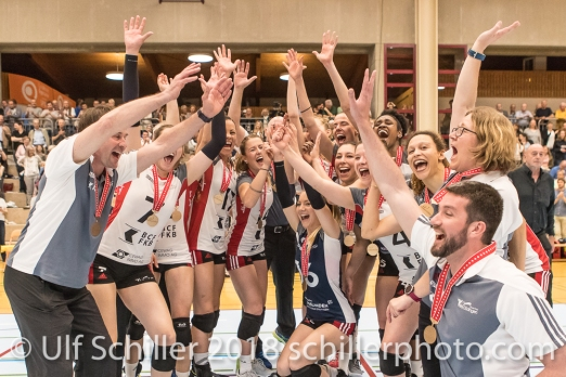 Siegesjubel bei TS Volley Duedingen Powercats; Volleyball, NLA 2017/18,, Spiel 2 um Platz 3:, TS Volley Duedingen vs Kanti Schaffhausen am 18 April, 2018 in Duedingen (Sportzentrum Leimacker), Schweiz, Photo Credit: Ulf Schiller
