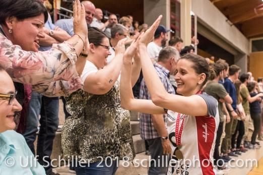 Kristel MARBACH (TS Volley Duedingen #9 C) und Fans; Volleyball, NLA 2017/18,, Spiel 2 um Platz 3:, TS Volley Duedingen vs Kanti Schaffhausen am 18 April, 2018 in Duedingen (Sportzentrum Leimacker), Schweiz, Photo Credit: Ulf Schiller