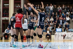 Jubel bei Volley Duedingen: /vlnr: Brianna Beamish (Volley Duedingen #6), Danielle Harbin (Volley Duedingen #3), Thays Deprati (Volley Duedingen #5), Sarina Brunner (Volley Duedingen #11), Kristel Marbach (Volley Duedingen #9) Volleyball NLA 2018-2019 TS Volley Duedingen vs Viteos NUC am 17.10.18 im Sportzentrum Leimacker in Duedingen (Schweiz).