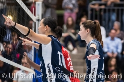Sabel Moffett (Volley Duedingen #17) und Sarina Brunner (Volley Duedingen #11) Volleyball NLA 2018-2019 TS Volley Duedingen vs Viteos NUC am 17.10.18 im Sportzentrum Leimacker in Duedingen (Schweiz).
