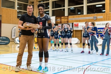 Danielle Harbin (Volley Duedingen #3) gets MVP award for Volley Duedingen Volleyball NLA 2018-2019 TS Volley Duedingen vs Viteos NUC am 17.10.18 im Sportzentrum Leimacker in Duedingen (Schweiz).
