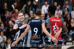 Jubel bei Volley Duedingen, links neue Spielerin Brianna Beamish (Volley Duedingen #6) Volleyball NLA 2018-2019 TS Volley Duedingen vs Viteos NUC am 17.10.18 im Sportzentrum Leimacker in Duedingen (Schweiz).