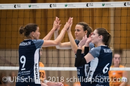 Kristel Marbach (Volley Duedingen #9), Brianna Beamish (Volley Duedingen #6), Kerley Becker (Volley Duedingen #2) Volleyball NLA 2018-2019 TS Volley Duedingen vs Viteos NUC am 17.10.18 im Sportzentrum Leimacker in Duedingen (Schweiz).