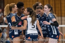 Jubel bei Volley Duedingen: Ines Granvorka (Volley Duedingen #13), Danielle Harbin (Volley Duedingen #3), Thays Deprati (Volley Duedingen #5), Kristel Marbach (Volley Duedingen #9), Brianna Beamish (Volley Duedingen #6) Volleyball NLA 2018-2019 TS Volley Duedingen vs Viteos NUC am 17.10.18 im Sportzentrum Leimacker in Duedingen (Schweiz).