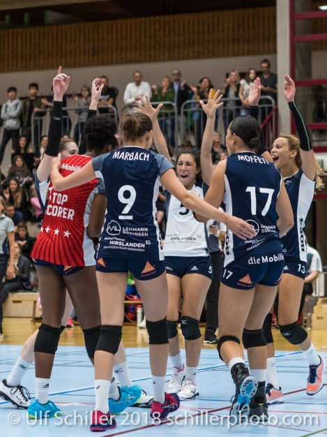 Block cheer, Volley Duedingen Volleyball NLA 2018-2019 TS Volley Duedingen vs Viteos NUC am 17.10.18 im Sportzentrum Leimacker in Duedingen (Schweiz).
