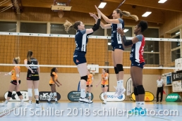 Brianna Beamish (Volley Duedingen #6) gets a nice welcome to the team by Kerley Becker (Volley Duedingen #2) Volleyball NLA 2018-2019 TS Volley Duedingen vs Viteos NUC am 17.10.18 im Sportzentrum Leimacker in Duedingen (Schweiz).