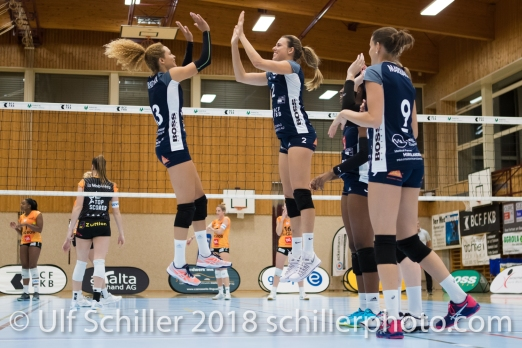 best friends, Ines Granvorka (Volley Duedingen #13) and Kerley Becker (Volley Duedingen #2) Volleyball NLA 2018-2019 TS Volley Duedingen vs Viteos NUC am 17.10.18 im Sportzentrum Leimacker in Duedingen (Schweiz).
