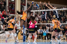 Kyra Holt (Viteos NUC #7) against block by Danielle Harbin (Volley Duedingen #3) and Kerley Becker (Volley Duedingen #2) Volleyball NLA 2018-2019 TS Volley Duedingen vs Viteos NUC am 17.10.18 im Sportzentrum Leimacker in Duedingen (Schweiz).