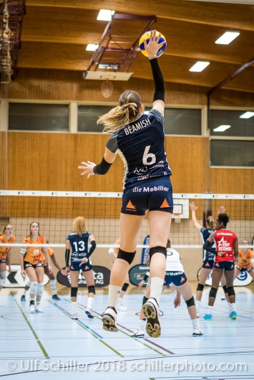 Brianna Beamish (Volley Duedingen #6) first serve on home court Volleyball NLA 2018-2019 TS Volley Duedingen vs Viteos NUC am 17.10.18 im Sportzentrum Leimacker in Duedingen (Schweiz).