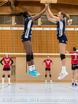 Danielle Harbin (Volley Duedingen #3) und Kerley Becker (Volley Duedingen #2) Volleyball Preseason 2018-19 Testmatch am 06.10.18 im Sportzentrum Leimacker in Duedingen (Schweiz).
