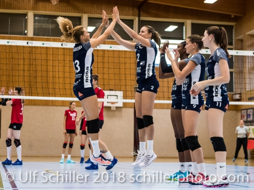 Ines Granvorka (Volley Duedingen #13) und Kerley Becker (Volley Duedingen #2) Volleyball Preseason 2018-19 Testmatch am 06.10.18 im Sportzentrum Leimacker in Duedingen (Schweiz).