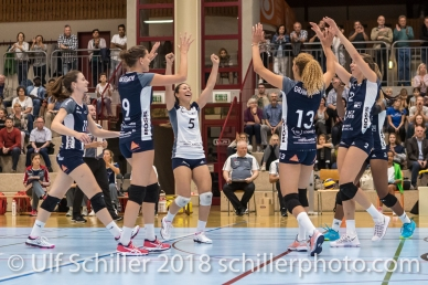 Jubel bei Volley Duedingen: vlnr: Sarina Brunner (Volley Duedingen #11), Kristel Marbach (Volley Duedingen #9), Thays Deprati (Volley Duedingen #5), Ines Granvorka (Volley Duedingen #13), Kerley Becker (Volley Duedingen #2), verdeckt: Danielle Harbin (Volley Duedingen #3) Volleyball Preseason 2018-19 Testmatch am 06.10.18 im Sportzentrum Leimacker in Duedingen (Schweiz).