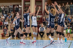 Jubel bei Volley Duedingen vlnr: Sarina Brunner (Volley Duedingen #11), Kristel Marbach (Volley Duedingen #9), Thays Deprati (Volley Duedingen #5), Ines Granvorka (Volley Duedingen #13), Kerley Becker (Volley Duedingen #2) Volleyball Preseason 2018-19 Testmatch am 06.10.18 im Sportzentrum Leimacker in Duedingen (Schweiz).