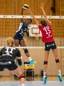 Danielle Harbin (Volley Duedingen #3) gegen Jennifer Pettke (Rote Raben Vilsbiburg #15) Volleyball Preseason 2018-19 Testmatch am 06.10.18 im Sportzentrum Leimacker in Duedingen (Schweiz).