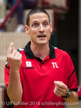 Timo Lippuner (Rote Raben Vilsbiburg, Headcoach) Volleyball Preseason 2018-19 Testmatch am 06.10.18 im Sportzentrum Leimacker in Duedingen (Schweiz).
