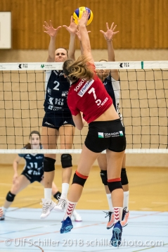 Iris Scholten (Rote Raben Vilsbiburg #7) gegen Block von Kerley Becker (Volley Duedingen #2) und Ines Granvorka (Volley Duedingen #13) Volleyball Preseason 2018-19 Testmatch am 06.10.18 im Sportzentrum Leimacker in Duedingen (Schweiz).
