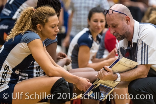 Dario Bettello (Volley Duedingen, Headcoach) und Ines Granvorka (Volley Duedingen #13) Volleyball Preseason 2018-19 Testmatch am 06.10.18 im Sportzentrum Leimacker in Duedingen (Schweiz).