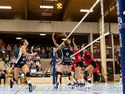 Kristel Marbach (Volley Duedingen #9) passt auf Sabel Moffett (Volley Duedingen #17) Volleyball Preseason 2018-19 Testmatch am 06.10.18 im Sportzentrum Leimacker in Duedingen (Schweiz).