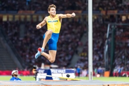 Armand Duplantis (SWE) after clearing 6.05m and winning the pole vault European Athletics Championships am 12.08.18 im Olympiastadion in Berlin (Deutschland). European Athletics Championships on 12.08.18 at the Olympic Stadium in Berlin, Germany. Photo Credit: Ulf Schiller / ATHLETIX.CH