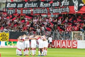 Huddle VfB Stuttgart vor dem Spiel vor den Fans Fussball Bundesliga 2018-19 3. Spieltag, SC Freiburg vs VfB Stuttgart am 16.09.18 im Schwarzwaldstadion in Freiburg (Deutschland). DFL REGULATIONS PROHIBIT ANY USE OF PHOTOGRAPHS AS IMAGE SEQUENCES AND/OR QUASI-VIDEO.