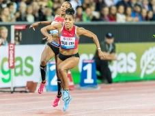4 x 100 m, Wechsel 2: Sarah Atcho auf Mujinga Kambundji (SUI) Leichtathletik Weltklasse Zuerich, 2018 am 30.08.18 im Stadion Letzigrund in Zuerich (Schweiz).