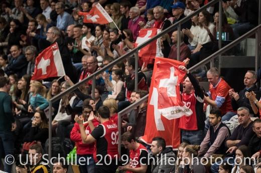 Jubelnde Zuschauer nach Gewinn von Satz 1 Volleyball European Championship Qualification Women Switzerland vs Austria on January 9, 2019 at Betoncoupe Arena in Schoenenwerd (Switzerland).