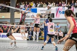 Tess von Piekartz (Sm'Aesch Pfeffingen #2) geblockt von Tia Scambray (Viteos NUC #16); Volleyball NLA 2018-19 Playoffs Final Game 1 Sm'Aesch Pfeffingen vs NUC UC on April, 11, 2019 in Aesch (Switzerland).