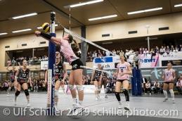 Rettung durch Monika Chrtianska (Sm'Aesch Pfeffingen #5); Volleyball NLA 2018-19 Playoffs Final Game 1 Sm'Aesch Pfeffingen vs NUC UC on April, 11, 2019 in Aesch (Switzerland).