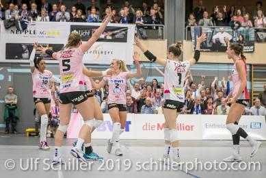 Jubel bei Sm'Aesch Pfeffingennach Punktgewinn; Volleyball NLA 2018-19 Playoffs Final Game 1 Sm'Aesch Pfeffingen vs NUC UC on April, 11, 2019 in Aesch (Switzerland).