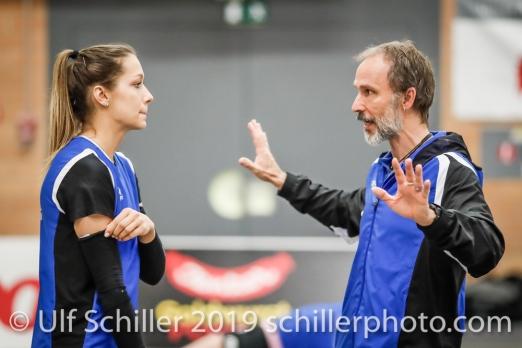 Andreas Vollmer (Headcoach Sm'Aesch Pfeffingen) gibt Anweisungen an Livia Zaugg (Sm'Aesch Pfeffingen #3); Volleyball NLA 2018-19 Playoffs Final Game 1 Sm'Aesch Pfeffingen vs NUC UC on April, 11, 2019 in Aesch (Switzerland).