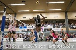 Angriff von Kyra Holt (Viteos NUC #7); Volleyball NLA 2018-19 Playoffs Final Game 1 Sm'Aesch Pfeffingen vs NUC UC on April, 11, 2019 in Aesch (Switzerland).