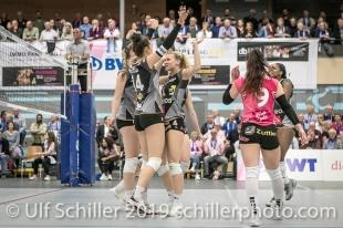 Julie Lengweiler (Viteos NUC #14) und Meline Pierret (Viteos NUC #4) nach Punktgewinn; Volleyball NLA 2018-19 Playoffs Final Game 1 Sm'Aesch Pfeffingen vs NUC UC on April, 11, 2019 in Aesch (Switzerland).