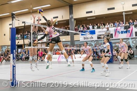 /Angriff durch Livia Zaugg (Sm'Aesch Pfeffingen #3); Volleyball NLA 2018-19 Playoffs Final Game 1 Sm'Aesch Pfeffingen vs NUC UC on April, 11, 2019 in Aesch (Switzerland).