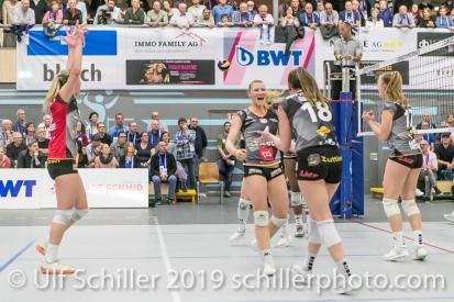 Jubel bei Viteos NUC mit Meline Pierret (Viteos NUC #4) (Mitte); Volleyball NLA 2018-19 Playoffs Final Game 1 Sm'Aesch Pfeffingen vs NUC UC on April, 11, 2019 in Aesch (Switzerland).