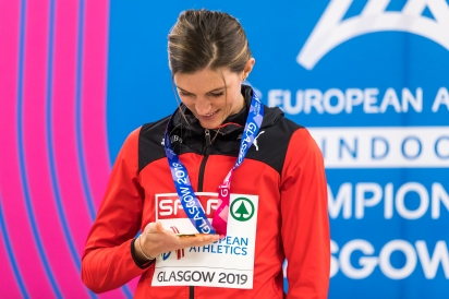 Lea Sprunger with her gold medal at the indoor Europeans in Glasgow. (Photo: Ulf Schiller)